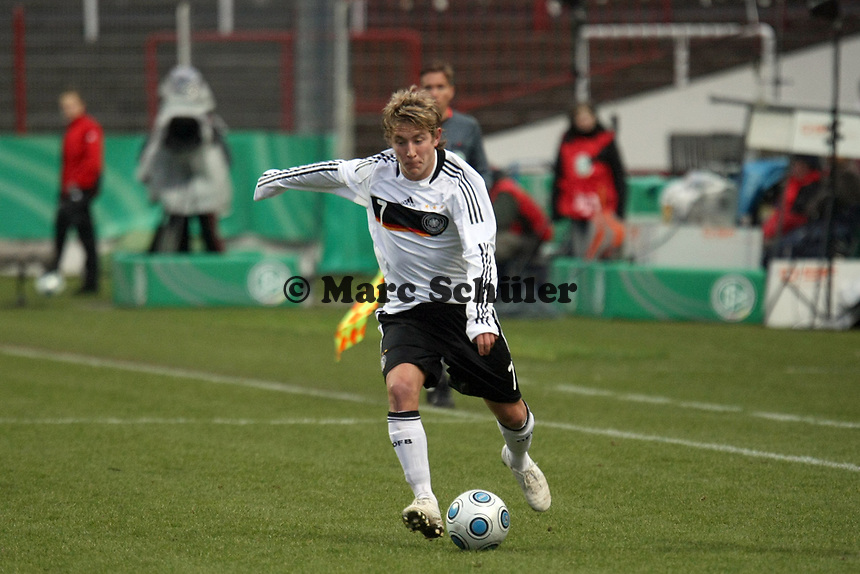 Lewis Holtby (Aachen)<br /> Deutschland vs. Finnland, U19-Junioren<br /> *** Local Caption *** Foto ist honorarpflichtig! zzgl. gesetzl. MwSt. Auf Anfrage in hoeherer Qualitaet/Aufloesung. Belegexemplar an: Marc Schueler, Am Ziegelfalltor 4, 64625 Bensheim, Tel. +49 (0) 151 11 65 49 88, www.gameday-mediaservices.de. Email: marc.schueler@gameday-mediaservices.de, Bankverbindung: Volksbank Bergstrasse, Kto.: 151297, BLZ: 50960101