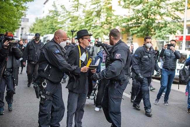 """Am Samstag den 16. Mai 2020 demonstrierten in Berlin an mehreren Orten mehrere hundert Menschen mit sog. """"Hygiene-Demonstrationen"""" gegen die Einschraenkungen zur Eindaemmung der Covid-19-Pandemie. An diesen """"Hygiene-Demonstrationen"""" nahmen vor allem Verschwoerungsanhaenger aber auch Hooligans, Neonazis und andere Rechte teil.<br /> Im Bild: Die Polizei nimmt einen Gegner der Corona-Beschraenkung fest, da er ueber Lautsprecher zu einer nicht genehmigten Demonstration mobilisierte.<br /> 16.5.2020, Berlin<br /> Copyright: Christian-Ditsch.de<br /> [NUR FUER REDAKTIONELLE ZWECKE! Werbung nur auf Anfrage beim Fotografen. Inhaltsveraendernde Manipulation des Fotos nur nach ausdruecklicher Genehmigung des Fotografen. Vereinbarungen ueber Abtretung von Persoenlichkeitsrechten/Model Release der abgebildeten Person/Personen liegen nicht vor. NO MODEL RELEASE! Don't publish without copyright Christian-Ditsch.de, Veroeffentlichung nur mit Fotografennennung, sowie gegen Honorar, MwSt. und Beleg. Konto: I N G - D i B a, IBAN DE58500105175400192269, BIC INGDDEFFXXX, Kontakt: post@christian-ditsch.de<br /> Bei der Bearbeitung der Dateiinformationen darf die Urheberkennzeichnung in den EXIF- und  IPTC-Daten nicht entfernt werden, diese sind in digitalen Medien nach §95c UrhG rechtlich geschuetzt. Der Urhebervermerk wird gemaess §13 UrhG verlangt.]"""