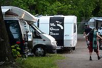 """WGT 2013 - Feature - Auf einer Fahne an einem Wohnwagen ist eine Persiflage zur Abkürzung des Festivalnamens zu lesen - aus WGT wird die Langform """"Wir Grillen Täglich"""".  . Foto: Norman Rembarz"""