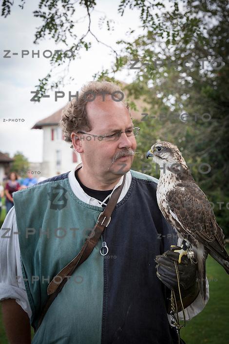 20.9.2014 LENZBURG / AG; MITTELALTERMARKT AM 20. SEPTEMBER 2014 AUF SCHLOSS LENZBURG.<br /> FALKNER CHRISTOPH KÜPFER SAKERFALKEN SAKIRA<br /> <br /> COPYRIGHT © ZVONIMIR PISONIC