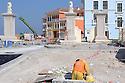 Doha Qatar novembre 2010. Operai al lavoro alla costruzione dello sviluppo immobiliare The Pearl. Una parte è liberamente ispirata all'architettura di Venezia. Men at work at the new real estate development The Pearl a part of which is freely inspired by Venezia's architecture.