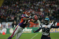 Walter Young (Wide Receiver Frankfurt Galaxy) f‰ngt den Ball vor Willie Amos (Cornerback Hamburg Sea Devils)