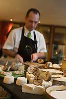 Europe/France/Rhône-Alpes/74/Haute-Savoie/Annecy: restaurant La Ciboulette, service du  plateau des fromages des Savoies