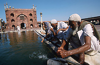 "S?dasien Asien Indien IND Neu Delhi .Muslime bei Waschung in der Jami Masjid der gro§en Moschee in Alt Delhi - Religion Islam Allah Muslim Moslem Glauben Gebet Gott heilig Reinigung rein waschen Wasser xagndaz | .South Asia India New Delhi .muslims at jami masjid the great mosque in Old Delhi - religion islam muslim god prayer holy water .| [ copyright (c) Joerg Boethling / agenda , Veroeffentlichung nur gegen Honorar und Belegexemplar an / publication only with royalties and copy to:  agenda PG   Rothestr. 66   Germany D-22765 Hamburg   ph. ++49 40 391 907 14   e-mail: boethling@agenda-fototext.de   www.agenda-fototext.de   Bank: Hamburger Sparkasse  BLZ 200 505 50  Kto. 1281 120 178   IBAN: DE96 2005 0550 1281 1201 78   BIC: ""HASPDEHH"" ,  WEITERE MOTIVE ZU DIESEM THEMA SIND VORHANDEN!! MORE PICTURES ON THIS SUBJECT AVAILABLE!! INDIA PHOTO ARCHIVE: http://www.visualindia.net ] [#0,26,121#]"