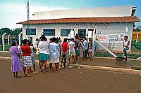 Campanha de vacinação em Posto de Saúde em área rural. São Paulo. 1994. Foto de Juca Martins.