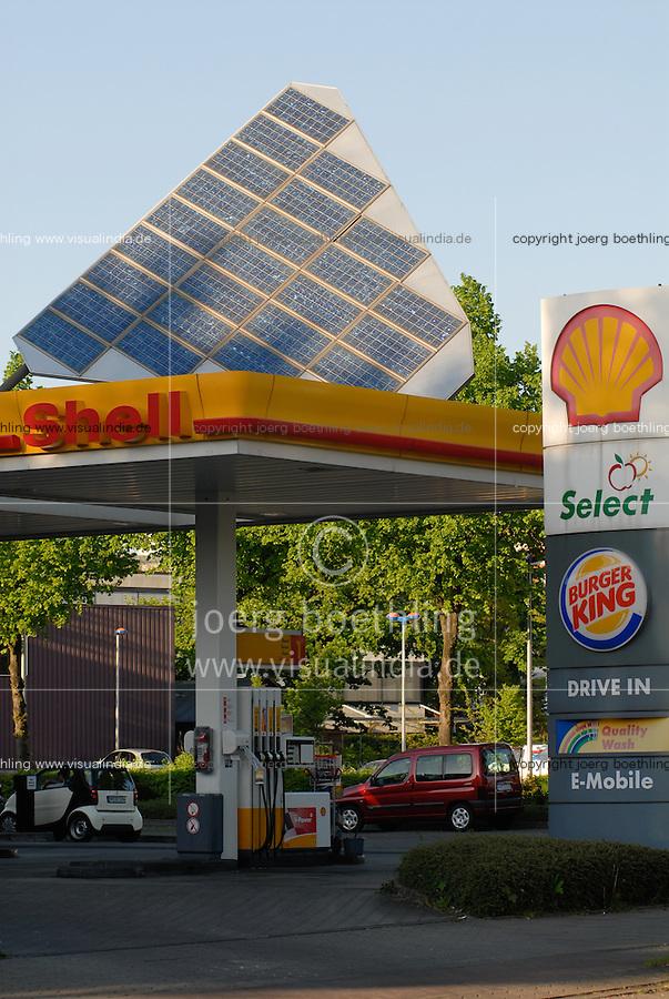 Deutschland DEU Hamburg Shell Tankstelle mit Solarzellen / Germany GER Hamburg Shell petrol station with solar panels. -  power energy fuel