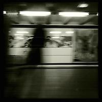 Eine Frau im U-Bahnhof. Hamburg Streetviews<br />1.12.2013, Hamburg<br />Copyright: Christian-Ditsch.de<br />[Inhaltsveraendernde Manipulation des Fotos nur nach ausdruecklicher Genehmigung des Fotografen. Vereinbarungen ueber Abtretung von Persoenlichkeitsrechten/Model Release der abgebildeten Person/Personen liegen nicht vor. NO MODEL RELEASE! Don't publish without copyright Christian-Ditsch.de, Veroeffentlichung nur mit Fotografennennung, sowie gegen Honorar, MwSt. und Beleg. Konto:, I N G - D i B a, IBAN DE58500105175400192269, BIC INGDDEFFXXX, Kontakt: post@christian-ditsch.de<br />Urhebervermerk wird gemaess Paragraph 13 UHG verlangt.]
