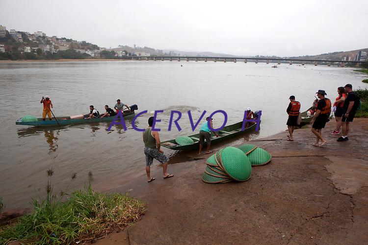 """Atividades da operação """"Arca de Noé"""" que conta com apoio de diversas instituições e voluntários para coletar peixes no rio Doce e transportá-los para tanques antes da chegada da lama tóxica.<br /> Foto Marcello Lourenço<br /> 17/11/2015"""