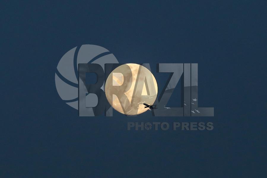 NOVA YORK, EUA, 28.02.2018 - EUA-LUA - Um avião é visto próximo da lua a partir da ilha de Manhattan na cidade de Nova York nos Estados Unidos na noite desta quarta-feira, 28. (Foto: William Volcov/Brazil Photo Press)