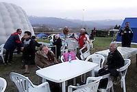 Sfollati nella tendopoli allestita nel paese di San Vittorino, vicino L'Aquila, in Abruzzo, 8  aprile 2009, dopo il terremoto che ha colpito la regione..Survivors in a tent-camp set up by the civil protection agency in the village of San Vittorino, central Italy, 8 april 2009, after the earthquake that hit the region Abruzzo..UPDATE IMAGES PRESS/Riccardo De Luca