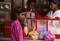 """Asie/Malaisie/Kuala Lumpur: Chinatown - Jeune fille buvant du jus de fruits sur le marché """"Chowkit"""""""