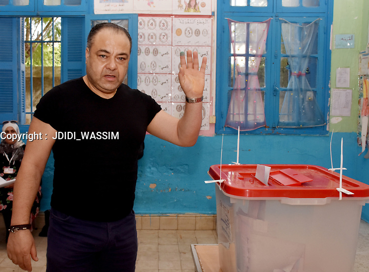 A Tunisian voter casts his ballot for presidential election at a polling station in Ben Arous near the capital Tunis, on September 15, 2019. - Rarely has the outcome of an election been so uncertain in Tunisia, the cradle and partial success story of the Arab Spring, as some seven million voters head to the polls today to choose from a crowded field.<br /> <br /> PHOTO : Agence Quebec Presse -  JDIDI_WASSIM