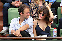 LOLA BESSIS & SON COMPAGNON RUBEN AMAR - ROLAND GARROS 2016 - CELEBRITES EN TRIBUNES LE 27/05/2016