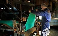 Nederland Westzaan 2017.    De Schoolmeester te Westzaan is de laatste papiermolen ter wereld die op windkracht functioneert. De molen werd oorspronkelijk in 1692 gebouwd en is tegenwoordig nog dagelijks in gebruik. Er wordt op ambachtelijke wijze Zaansch Bord, een papiersoort, vervaardigd. De eigenaar is sinds 1976 de Vereniging De Zaansche Molen. De Papiermachine. Molenaar Arie Butterman.  Foto mag niet voor reclame doeleinden worden gebruikt.   Foto Berlinda van Dam / Hollandse Hoogte