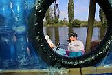Kapitän Jan Kara, von der Kabine aus fotografiert / Zwei junge Tschechen haben 6.000 Plastikflaschen gesammelt, um darauf ein Abenteuer zu erleben. Sie haben ein Boot gebaut und fahren damit die Elbe hinunter, bis nach Hamburg.