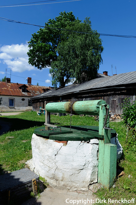 Ziehbrunnen in Sabile, Lettland, Europa