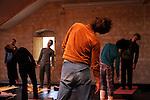 Yoga..Cadre : Cursus Transforme, fenêtre sur cour(s)..Lieu : Fondation Royaumont..Ville : Asniere sur Oise..Le : 13 12 2009..© Laurent PAILLIER / photosdedanse.com..All rights reserved