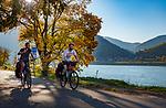 Oesterreich, Niederoesterreich, Kulturlandschaft Wachau - UNESCO Weltkultur- und Naturerbe: Radfahrer unterwegs auf dem Donauradweg | Austria, Lower Austria, Wachau Cultural Landscape - UNESCO World's Cultural and Natural Heritage, cyclists at Danube Cycling Route