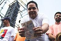 CARACAS - VENEZUELA, 04-03-2019: Un hombre muestra el presunto pasaporte de Juan Guaidó, presidente interino de Venezuela, quien arribó a la nación a través del aeropuerto internacional de Maiquetía este 4 de marzo. En caravana se trasladó hasta la plaza Alfredo Sadel en Las Mercedes, donde cientos de manifestantes lo esperaban. Allí agradeció a su esposa por acompañarlo durante la travesía, y enfatizó que los militares no cumplieron la orden de detenerlo. Es una operación secreta Guaidó logró viajar de Panamá a Venezuela sin inconvenientes. / A man shows the presumed passport of Juan Guaidó, interim president of Venezuela, who arrived to the nation through the Maiquetia international airport on March 4. In caravan, he moved to Alfredo Sadel Square in Las Mercedes, Caracas, where hundreds of protesters were waiting for him. There he thanked his wife for accompanying him during the crossing, and emphasized that the military did not comply with the order to arrest him. It is a secret operation. Guaido travel from Panama to Venezuela without problems. Photo: VizzorImage / Carolain Caraballo / Cont