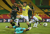 BUCARAMANGA - COLOMBIA, 06-10-2020: Johan Caballero del Bucaramanga disputa el balón con Jose Fernando Cuadrado arquero del Nacional durante partido por la fecha 12 de la Liga BetPlay DIMAYOR I 2020 entre Atlético Bucaramanga y Atlético Nacional jugado en el estadio Alfonso Lopez de la ciudad de Bucaramanga. / Johan Caballero of Bucaramanga fights for the ball with Jose Fernando Cuadrado goalkeeper of Nacional during match for the date 12 of the BetPlay DIMAYOR League I 2020 between Atletico Bucaramanga and Atletico Nacional played at the Alfonso Lopez stadium of Bucaramanga city. Photo: VizzorImage / Jaime Moreno / Cont