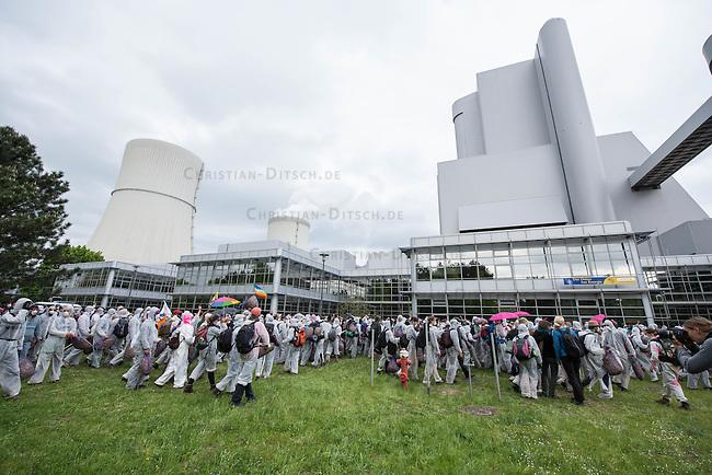 """Klimacamp """"Ende Gelaende"""" bei Proschim in der brandenburgischen Lausitz.<br /> Mehrere tausend Klimaaktivisten  aus Europa wollen zwischen dem 13. Mai und dem 16. Mai 2016 mit Aktionen den Braunkohletagebau blockieren um gegen die Nutzung fossiler Energie zu protestieren.<br /> Mehrere hundert Aktivisten stuermten am Nachmittag des 14. Mai das Gelaende des Kraftwerk Schwarze Pumpe. Die Polizei kam nach ca. 20 Minuten auf das Werksgaende und die Aktitivisten vierliessen das Gelaende wieder. Ca. 60 Personen wurden danach von der Polizei festgenommen.<br /> Im Bild: Aktivisten auf dem Kraftwerksgelaende.<br /> 14.5.2016, Schwarze Pumpe/Brandenburg<br /> Copyright: Christian-Ditsch.de<br /> [Inhaltsveraendernde Manipulation des Fotos nur nach ausdruecklicher Genehmigung des Fotografen. Vereinbarungen ueber Abtretung von Persoenlichkeitsrechten/Model Release der abgebildeten Person/Personen liegen nicht vor. NO MODEL RELEASE! Nur fuer Redaktionelle Zwecke. Don't publish without copyright Christian-Ditsch.de, Veroeffentlichung nur mit Fotografennennung, sowie gegen Honorar, MwSt. und Beleg. Konto: I N G - D i B a, IBAN DE58500105175400192269, BIC INGDDEFFXXX, Kontakt: post@christian-ditsch.de<br /> Bei der Bearbeitung der Dateiinformationen darf die Urheberkennzeichnung in den EXIF- und  IPTC-Daten nicht entfernt werden, diese sind in digitalen Medien nach §95c UrhG rechtlich geschuetzt. Der Urhebervermerk wird gemaess §13 UrhG verlangt.]"""