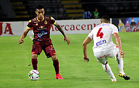 IBAGUE-COLOMBIA, 23-02-2020: Juan Rios de Deportes Tolima y Carlos Sierra de America de Cali disputan el balon durante partido entre Deportes Tolima y America de Cali, de la fecha 10 por la Liga BetPlay DIMAYOR I 2020, jugado en el estadio Manuel Murillo Toro de la ciudad de Ibague. / Juan Rios of  Deportes Tolima and Carlos Sierra of America de Cali vie for the ball during a match between Deportes Tolima and America de Cali of the 10th date for the Liga BetPlay DIMAYOR I 2020, played at Manuel Murillo Toro stadium in Ibague city. / Photo: VizzorImage / Juan Torres / Cont.