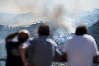 Waldbrand nahe der Sizilianischen Kleinstadt Petralia Sottana in der Provinz Palermo am Freitag den 31. Juli 2020. Der Brand dauerte vom Morgen bis in die Abendstunden. Anwohner nannten als Grund fuer den Brand Zigaretten, welche moeglicher Weise gezielt aus dem Auto geworfen wurden, da es neben der Strasse an mehreren Stellen fast zeitgleich anfing zu brennen.<br /> Im Bild: Anwohner beobachten die Waldbraende.<br /> 31.7.2020, Petralia Sottana<br /> Copyright: Christian-Ditsch.de<br /> NUR FUER REDAKTIONELLE ZWECKE! Werbung nur auf Anfrage beim Fotografen. [Inhaltsveraendernde Manipulation des Fotos nur nach ausdruecklicher Genehmigung des Fotografen. Vereinbarungen ueber Abtretung von Persoenlichkeitsrechten/Model Release der abgebildeten Person/Personen liegen nicht vor. NO MODEL RELEASE! Don't publish without copyright Christian-Ditsch.de, Veroeffentlichung nur mit Fotografennennung, sowie gegen Honorar, MwSt. und Beleg. Konto: I N G - D i B a, IBAN DE58500105175400192269, BIC INGDDEFFXXX, Kontakt: post@christian-ditsch.de<br /> Bei der Bearbeitung der Dateiinformationen darf die Urheberkennzeichnung in den EXIF- und  IPTC-Daten nicht entfernt werden, diese sind in digitalen Medien nach §95c UrhG rechtlich geschuetzt. Der Urhebervermerk wird gemaess §13 UrhG verlangt.]