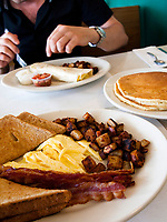 USA, Neuengland, Fruehstueck im Donna Jeans's Diner, Laconia mit Pancakes, Ruehrei, Speck, Toast, 07.09.2010<br /> <br /> <br /> Engl.: USA, New England, Laconia, breakfast at Donna Jean's Diner, restaurant, gastronomy, pancakes, scrambled eggs, bacon, toast, 07 September 2010