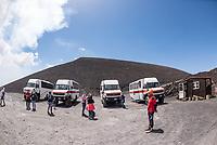 Touristen werden mit Allradbussen  Vulkan Etna auf Sizilien gefahren.<br /> Der Etna ist einer der wenigen aktiven Vulkan in Europa.<br /> 24.7.2020, Parco dell'Etna<br /> Copyright: Christian-Ditsch.de