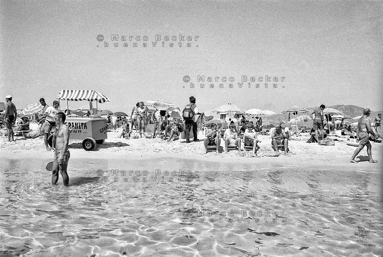 Capo Carbonara, Villasimius (Cagliari), bagnanti sulla spiaggia di Porto Giunco --- Cape Carbonara, Villasimius (Cagliari), bathers on the beach of Porto Giunco