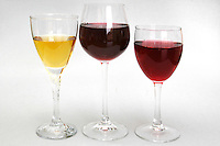 Cibi e bevande. Food and beverages..Bicchieri di vino rosso e binco. Glasses of red and white wine....