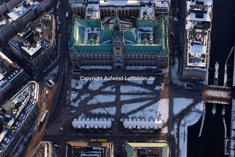 Rathauswege: EUROPA, DEUTSCHLAND, HAMBURG, (EUROPE, GERMANY), 03.03.2005: Hamburg Rathaus, Rathausmarkt, Wege, Schnee, Verwaltung, Piste, Laufweg, Richtung, ausgetreten, Luftbild, Luftansicht, Air, Aufwind- Luftbilder..c o p y r i g h t : A U F W I N D - L U F T B I L D E R . de.G e r t r u d - B a e u m e r - S t i e g 1 0 2, .2 1 0 3 5 H a m b u r g , G e r m a n y.P h o n e + 4 9 (0) 1 7 1 - 6 8 6 6 0 6 9 .E m a i l H w e i 1 @ a o l . c o m.w w w . a u f w i n d - l u f t b i l d e r . d e.K o n t o : P o s t b a n k H a m b u r g .B l z : 2 0 0 1 0 0 2 0 .K o n t o : 5 8 3 6 5 7 2 0 9.C o p y r i g h t n u r f u e r j o u r n a l i s t i s c h Z w e c k e, keine P e r s o e n l i c h ke i t s r e c h t e v o r h a n d e n, V e r o e f f e n t l i c h u n g  n u r  m i t  H o n o r a r  n a c h M F M, N a m e n s n e n n u n g  u n d B e l e g e x e m p l a r !.