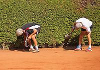Netherlands, Amstelveen, August 22, 2015, Tennis,  National Veteran Championships, NVK, TV de Kegel,  searching for balls<br /> Photo: Tennisimages/Henk Koster