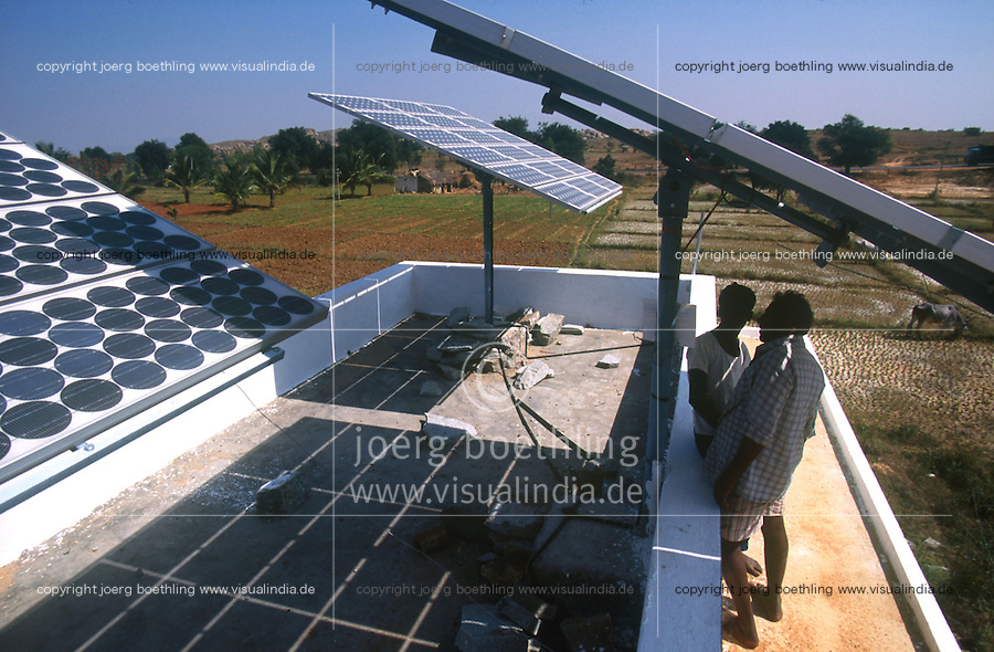 INDIA, Karnataka, solar panels for electric water pump at farm near Bangalore /  INDIEN, Photovoltaik Anlage fuer Antrieb einer Wasserpumpe auf einem Bauernhof  bei Bangalore
