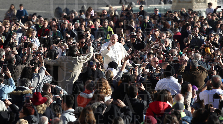 Papa Francesco saluta i fedeli al suo arrivo all'udienza generale del mercoledi' in Piazza San Pietro, Citta' del Vaticano, 21 novembre, 2018.<br /> Pope Francis waves to faithful as he arrives to lead his weekly general audience in St. Peter's Square at the Vatican, on November 21, 2018.<br /> UPDATE IMAGES PRESS/Isabella Bonotto<br /> <br /> STRICTLY ONLY FOR EDITORIAL USE