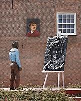 Nederland - Leiden - 2021. Rembrandtplaats ofwel Rembrandtplein. Het kunstwerk van Stephan Balkenhol is geinspireerd op het zelfportret van Rembrandt in zijn Leidse atelier uit 1629. De jonge Rembrandt kijkt naar de schildersezel met daarop een bronzen relief van een zelfportret. Aan de muur hangt nog een ander portret van Rembrandt, uitgevoerd in keramiek. Foto ANP / Hollandse Hoogte / Berlinda van Dam
