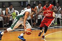 MEDELLIN -COLOMBIA-18-05-2014. Jacavo Chavez   (Izq) de Academia de La Monta–a disputa el balon contra de Condores de Cundinamarca. Aspecto del partido entre Academia de La Monta–a  y Condores de Cundinamarca en la semifinal de la  Liga Direct TV de baloncesto Profesional de Colombia realizado en el coliseo Ivan de Bedout en Medell'n./  Jacavo Chavez    (L) of Academia of La Monta–a dispute the ball with  Condores of Cundinamarca. Appearance vs Academia of The Monta–a and Condores of Cundinamarca in the semifinals of the League Direct TV Colombia Professional basketball played in Ivan Bedout Coliseum in Medellin..  Photo: VizzorImage / Luis Rios / Stringer