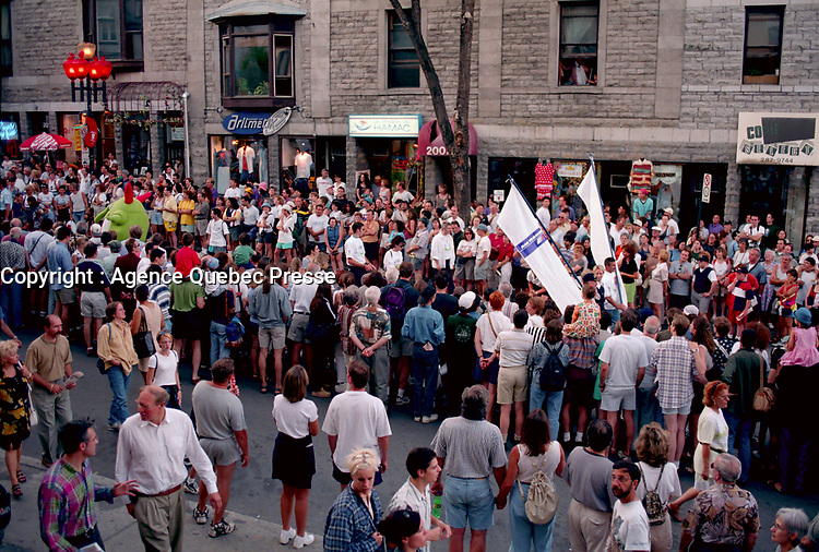 Defiler des Jumeaux, Juste Pour Rire <br /> 17 Juillet 1998<br /> <br /> <br /> Montreal (Qc) CANADA - July 17, 1998<br /> -File Photo -<br /> Twins parade at Just for laugh festival<br /> <br /> PHOTO :  Agence Quebec Presse