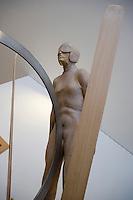"Europe/Italie/Trentin Haut-Adige/Dolomites/Val-Gardena/Ortiséi:Sculpture sur bois du Val Gardena groupe d'Artistes ""Galaria Unika"" statue de saut à ski"