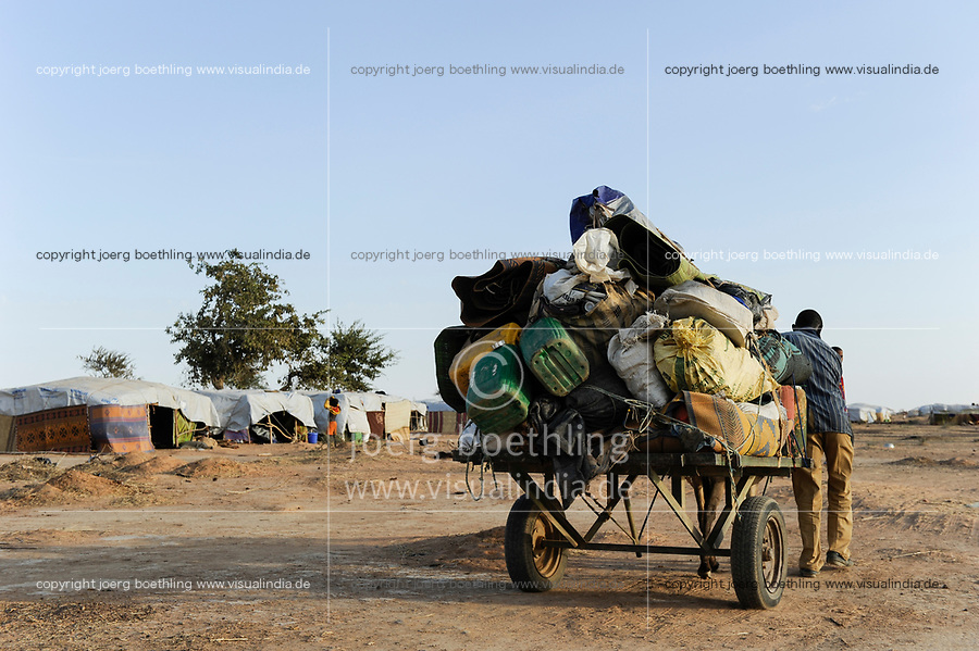 BURKINA FASO Djibo, arrival of malian refugees in refugee camp Mentao of UNHCR, they fled due to war and islamist terror in Northern Mali /BURKINA FASO Djibo , malische Fluechtlinge im Fluechtlingslager Mentao des UN Hilfswerks UNHCR, sie sind vor dem Krieg und islamistischem Terror aus ihrer Heimat in Nordmali geflohen