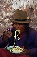 Amérique/Amérique du Sud/Pérou/Urubamba : Le marché - Indienne mangeant