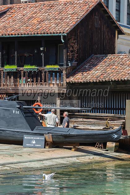 """Italie, Vénétie, Venise:   Le """"Squero"""" , atelier de réparation de gondoles  de San Trovaso, dans le sestiere du Dorsoduro   // Italy, Veneto, Venice:  Squero di san Trovàso"""
