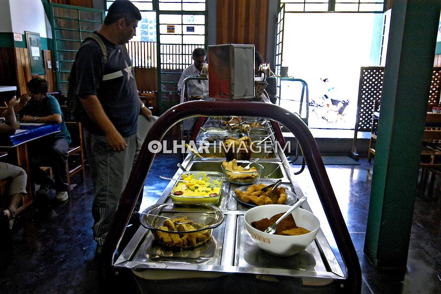 Restaurante de comida por quilo. Salesópolis. São Paulo. 2006. Foto de Juca Martins.