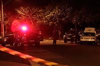 Campinas (SP), 12/07/2020 - Policia - Um homem foi morto e outro foi preso na noite de ontem (12) após uma tentativa de assalto na Vila União, em Campinas. Segundo a Polícia Militar, os suspeitos foram abordados após assaltarem dois adolescentes no bairro, por volta das 21h. Os jovens teriam visto a viatura da polícia, e relatado o assalto. <br /> Um dos homens foi detido, já o outro teria resistido a abordagem e atirado contra os policiais, que revidaram. Com os tiros, o suspeito veio a óbito no local. Nenhum policial se feriu.  <br /> O carro em que os suspeitos estavam tinha sido roubado em Hortolândia. Segundo a PM, o dono do veículo foi à delegacia e identificou o homem preso.  <br /> O suspeito morto ainda não foi identificado. Até essa manhã (13) o corpo permanecia no IML (Instituto Médico Legal) sem reconhecimento.