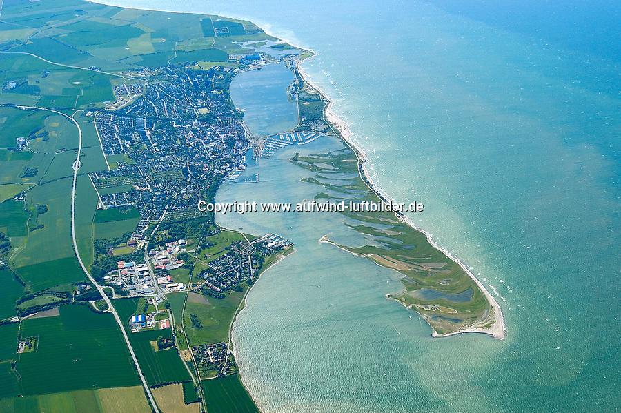 4415/Graswarder:EUROPA, DEUTSCHLAND, SCHLESWIG- HOLSTEIN, 07.06.2005: Graswarder ist ein 230 Hektar großes Naturschutzgebiet in der Nähe von Heiligenhafen. Hier brüten zahlreiche Vogelarten, wie beispielsweise Graugänse (Anser anser), Brandgänse (Tadorna tadorna) und Austernfischer (Haematopus ostralegus). Des Weiteren gibt es viele Strand- und Salzpflanzen, wie etwa Stranddistel (Eryngium maritimum) und Meerkohl (Crambe maritima). <br /><br />Meer, Insel, Halbinsel, Naturschutzgebiet, Vogelinsel, Vogelzug, Rueckzugsgebiet, Ratsplatz, Nistplatz, <br /> Luftaufnahme, Luftbild,  Luftansicht