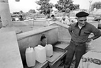- gli abitanti di Vittoria (Ragusa), a causa della mancanza di acqua nelle case, si riforniscono ad una fontana pubblica (giugno 1992)....- the inhabitants of Vittoria (Ragusa), due to lack of water in homes, are are supplied by a public fountain (June 1992)