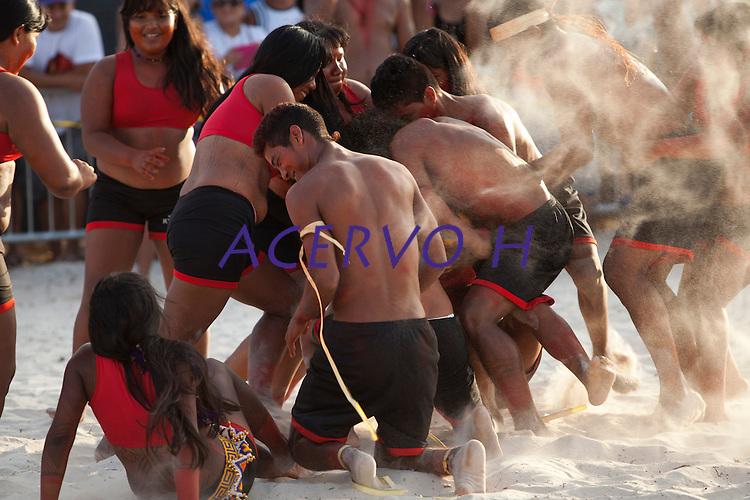 IV Jogos Tradicionais Indígenas do Pará<br /> <br /> Gavião Kiykatejê, homens e mulheres disputam bola durante apresentação na arena.<br />   <br /> Quinza etnias participam dos  IX Jogos Indígenas, iniciados neste na íntima sexta feira. Aikewara (de São Domingos do Capim), Araweté (de Altamira), Assurini do Tocantins (de Tucuruí), Assurini do Xingu (de Altamira), Gavião Kiykatejê (de Bom Jesus do Tocantins), Gavião Parkatejê (de Bom Jesus do Tocantins), Guarani (de Jacundá), Kayapó (de Tucumã), Munduruku (de Jacareacanga), Parakanã (de Altamira), Tembé (de Paragominas), Xikrin (de Ourilândia do Norte), Wai Wai (de Oriximiná). Participam ainda as etnias convidadas - Pataxó (da Bahia) e Xerente (do Tocantins). <br /> <br /> <br /> Mais de 3 mil pessoas lotaram as arquibancadas da arena de competição.<br /> Praia de Marudá, Marapanim, Pará, Brasil.<br /> Foto Paulo Santos<br /> 09/09/2014