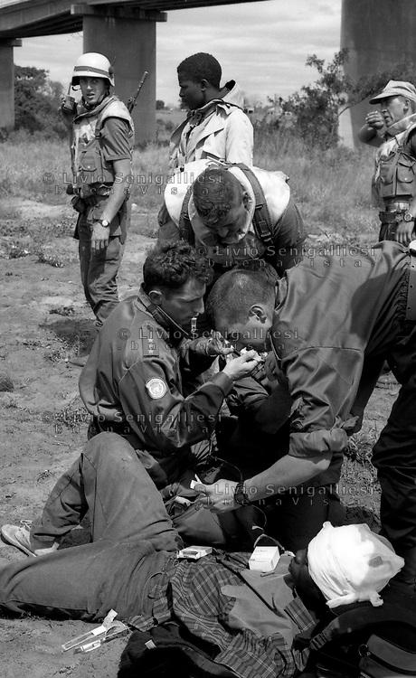 Chimoio / Beira  / Mozambico 1993.Mountain troops of Taurinense brigade patrolling Beira corridor during UN mission in Mozambique. Rescue mission of refugees and wounded - Alpini della brigata Taurinense durante la missione ONU in Mozambico come forza di pace nel 1993. Nella foto operazione di evacuazione di profughi e feriti da una zona infestata dalla guerriglia e dalle mine anti-uomo..Photo Livio Senigalliesi
