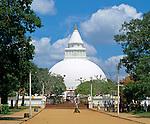 Sri Lanka, Kataragama: Buddhist Kirivehera Dagoba | Sri Lanka, Kataragama: buddhistische Kiri Vehera Dagoba (Stupa)