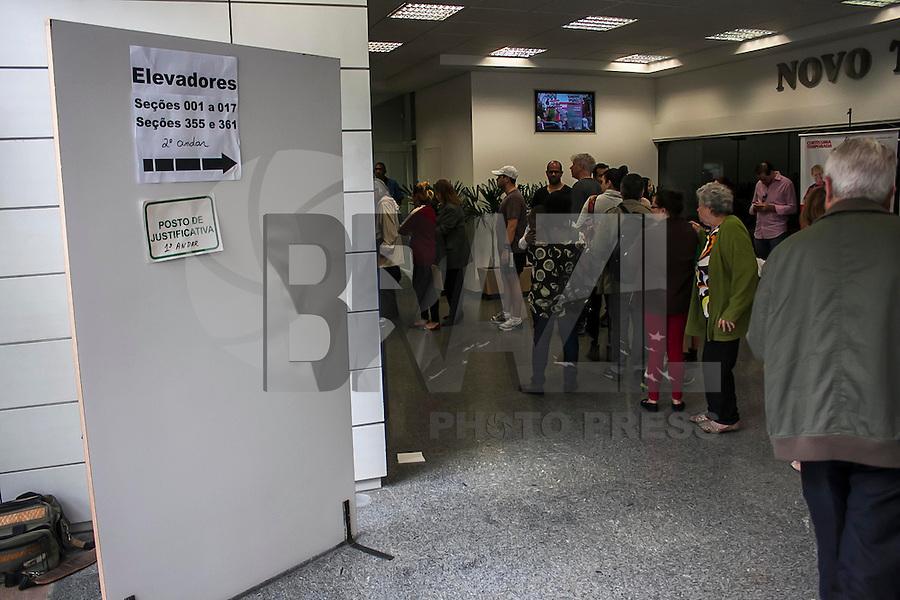 SÃO PAULO, SP, 05.10.214 - ELEIÇÕES 2014/ MOVIMENTAÇÃO/ SÃO PAULO - Movimentação de eleitores próximo a faculdade Casper Libero, na tarde deste domingo (5), em São Paulo.(Foto: Taba Benedicto/ Brazil Photo Press)